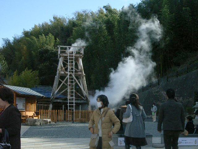 峰温泉 大噴湯 遠景と人